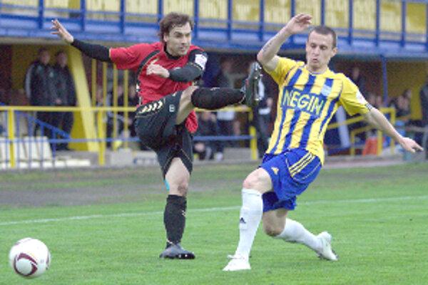 Juraj Piroska pri streľbe. Svoju aktivitu tentoraz do gólu nepretavil.