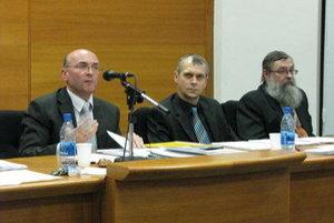 Za jedným stolom (zľava) Ľubomír Parízek, primátor Senice, jeho zástupca Peter Hutta a viceprimátor Skalice Ľudovít Barát.