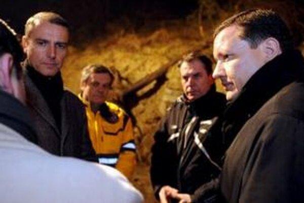 """Daniel Lipšic (vpravo) sa zajtra v malackom pohostinstve """"U koňa"""" stretne s nespokojnými obyvateľmi problémovej lokality."""