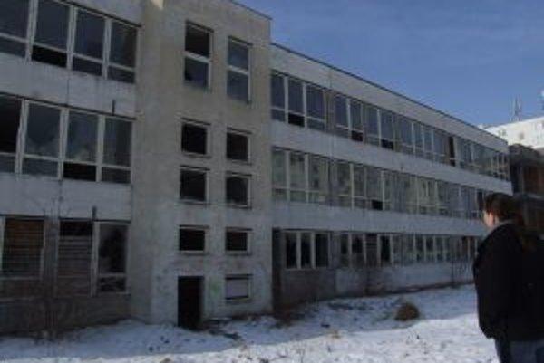 Nedostavaná škola je uprostred sídliska v Skalici.