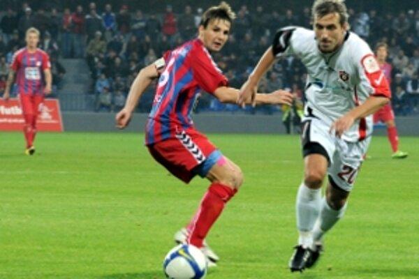 Ján Gajdošík v súboji so strelcom prvého gólu Trnavy Patrikom Grossom. Vzadu Juraj Križko (vľavo) a Filip Lukšík.