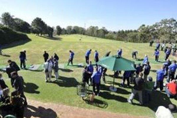 Golfisti na turnaji hrajú o putovnú trofej ozdobenú vyše 200 diamantmi.