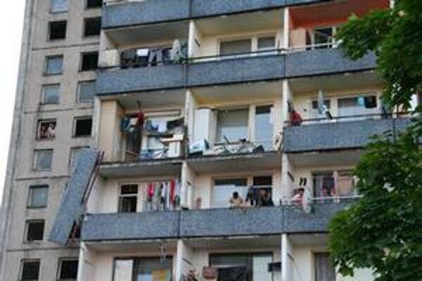 Balkóny na bytovky spadli koncom mája.