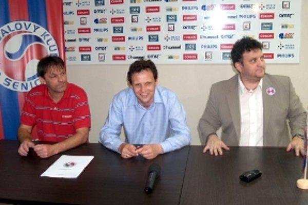 Zmluvy sú podpísané. Chce ešte niekto niečo? - akoby sa chcel spýtať prezident FK Senica Viktor Blažek (vpravo). Vľavo Dušan Vrťo, v strede Stano Griga.