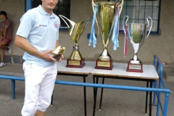Pavol Masaryk takto pred rokom vystavoval v Radimove trofeje, ktoré získal zo Slovanom. Majstrovský pohár, Putovný pohár, Superpohár i Zlatú kopačku pre najlepšieho strelca (drží ju v rukách). Od nasledujúcej sezóne už bude hrávať v cyperskom Limasole.