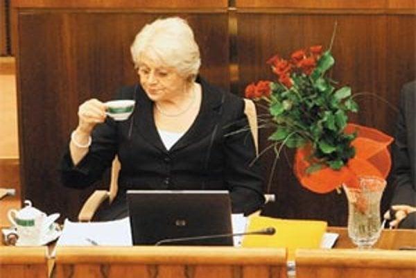 Ministerka práce Viera Tomanová počúva v parlamente dôvody na svoje odvolanie.