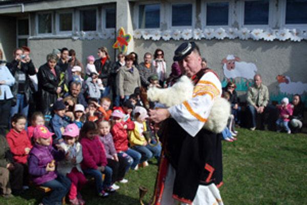 Deťom v očovskom kroji zahral bača.