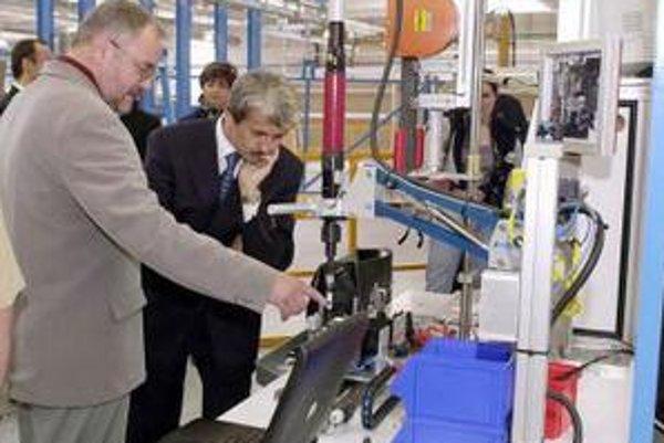 Takto v roku 2002 otváral fabriku Delphi Senica vtedajší premiér Mikuláš Dzurinda.