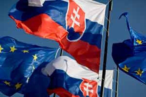 Jedna vlajka do každej učebne. V každej väčšej škole stovky eur.