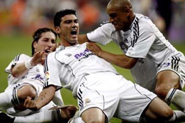 Jose Antonio Reyes (v strede) v drese Realu Madrid.