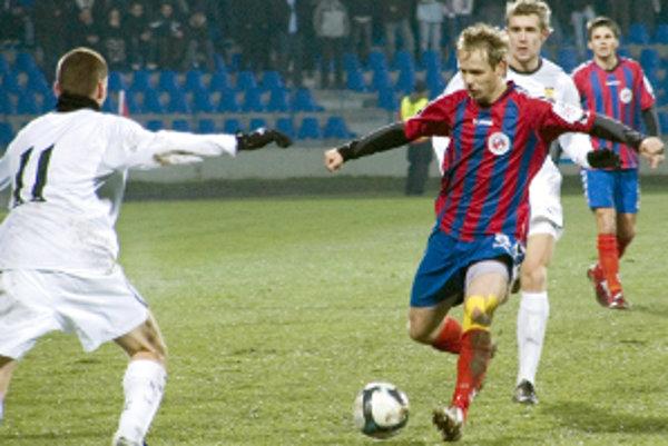 Ivan Belák (s loptou) patrí medzi opory futbalistov FK Senica.