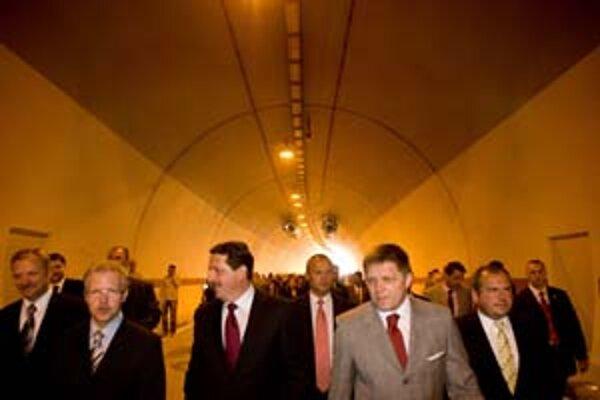 Otvorenie tunela si nenechal ujsť okrem premiéra ani šéf parlamentu Pavol Paška (tretí zľava).