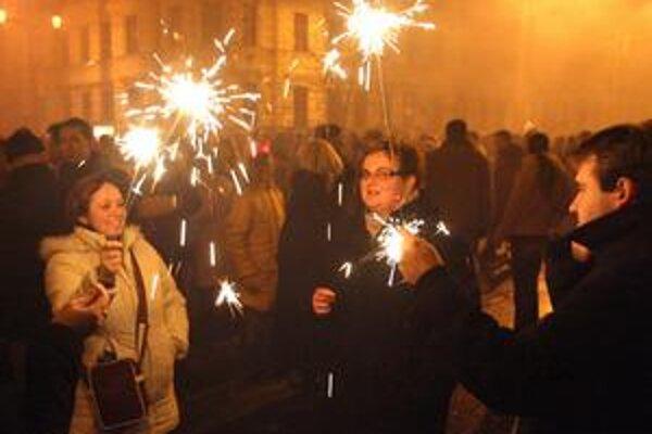 V Bratislave na ohňostroji nešetrili, v Senici nebôl vôbec.
