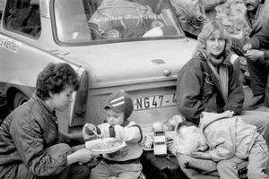 Úskalia porovnávania života pred a po novembri: Za koľko platov si v súčasnosti kúpime Trabant a dovolenku v Juhoslávii?