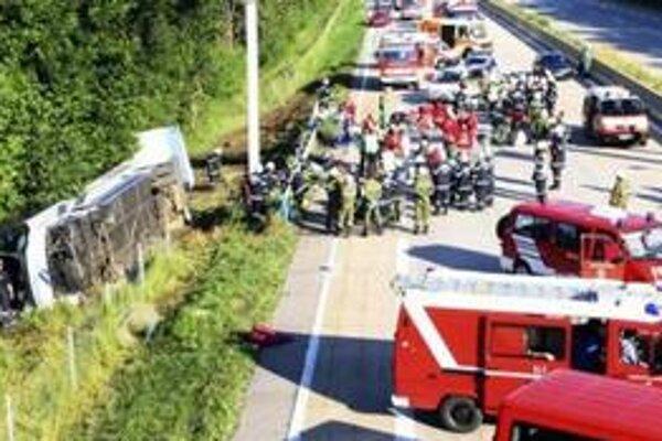 Jednu zo študentiek zo Senice po nehode musel previezť vrtuľník s ťažkými zraneniami do nemocnice v Grazi.