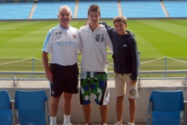 Jakub (v strede) a Matej Kosorínovci na štadióne Man City so svojím sprievodcom.