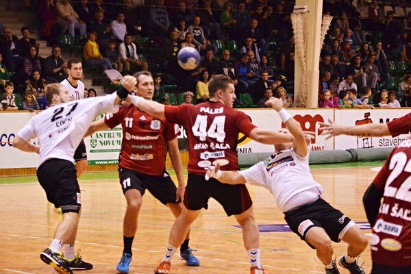 Šalianskou obranou sa snaží prebiť Tomáš Straňovský. Po zápase rivalov sa v stredu večer tešili Novozámčania.