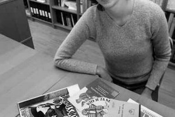 Marína Zavacká (1972) - vedecká pracovníčka oddelenia najnovších dejín Historického ústavu Slovenskej akadémie vied. V roku 1996 ukončila štúdium histórie a filozofie na Filozofickej fakulte Univerzity Komenského v Bratislave, modernú históriu na Stredoeu
