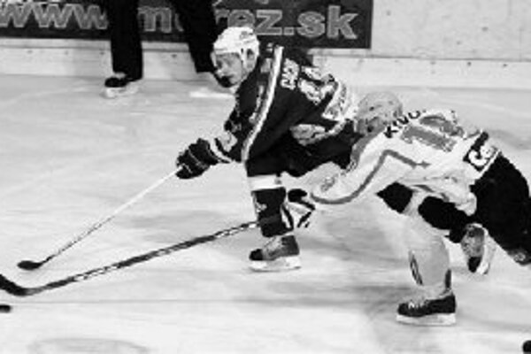 V 52. kole hokejovej extraligy vyhrala Nitra nad Žilinou 4:3 po predĺžení. Na snímke bojujú o puk Viliam Čacho (vľavo) z Nitry a Martin Kivoň.