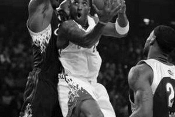 Ekvilibristika Kobe Bryanta. V Zápase hviezd basketbalovej NBA vyhral výber Západnej konferencie 153:132.