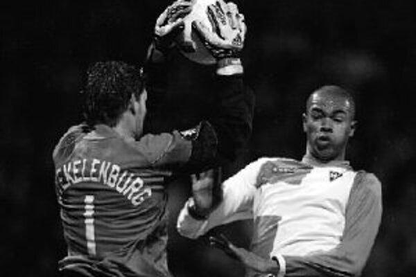 Brankár Ajaxu Amsterdam Maarten Stekelenburg zachraňuje pred brazílskym obrancom Werderu Brémy Naldom. Nemecký tím vyhral v prvom zápase šestnásťfinále Pohára UEFA 3:0 a pred dnešnou odvetou v Holandsku má všetko vo svojich rukách.