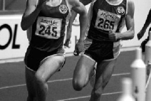 V behu na 800 m Jozefovi Repčíkovi (vpravo) nepomohol k splneniu limitu (1:48,00) ani oddielový kolega z dubnického Spartaka Peter Žňava, ktorý udával tempo do šesťstovky.