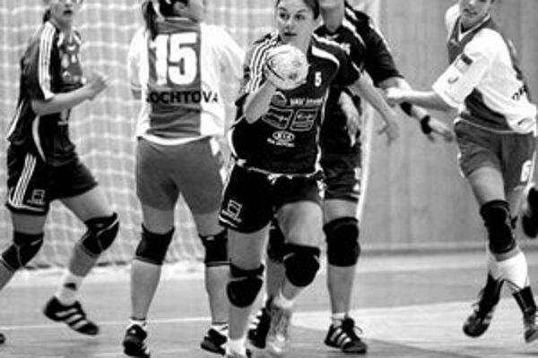 Zuzana Drotárová (na snímke vpravo z ligového duelu s Banskou Bystricou) je jednou z troch debutujúcich hráčok, ktoré Tomáš Kuťka nominoval na reprezentačný turnaj O štít mesta Cheb. V nominácii figuruje aj Bystričanka Petra Štetáková (druhá sprava).