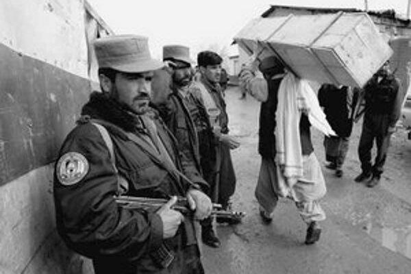 Vchod na americkú základňu Bagram neďaleko Kábulu.