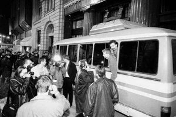 Dramatická situácia pred ministerstvom kultúry 10. marca 1997. V policajnom aute sa ocitli aj herec Štefan Kožka (hore) a redaktor rádia Twist Karol Lovas.