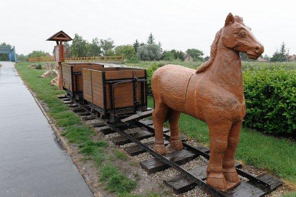 Pamiatka na tunajšiu historickú konskú železnicu.