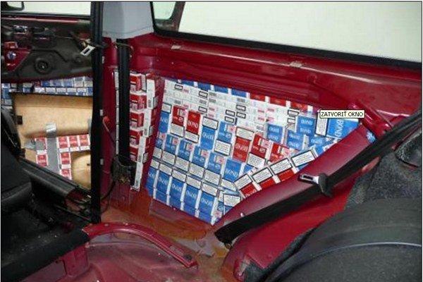 Úkryt cigariet v aute.