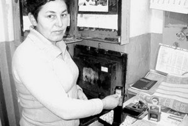 Pokladníčka Dancáková s lepenkovým lístkom.