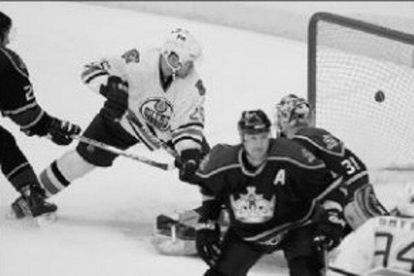 Jan Hejda (vľavo, číslo 25) strieľa víťazný gól Edmonton Oilers v predĺžení proti Los Angeles Kings.