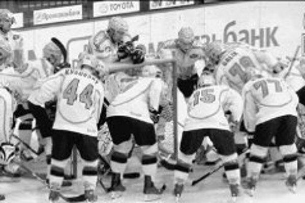 Bojová porada Žilinčanov pri bránke Mareka Laca pred včerajším zápasom s Hämeenlinnou. Po ňom opúšťali ľad so zvesenými hlavami. FOTO SME - ONDREJ GAJDOŠ