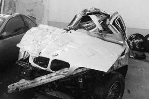 Trosky Žabkovho BMW, z ktorého slovenský cyklista zázračne vyviazol bez väčších zranení.