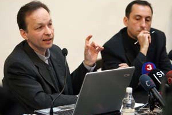 Jozef Haľko (vľavo) a Tibor Hajdu sa snažili novinárov presvedčiť, že arcibiskup Sokol s ŠtB nespolupracoval.