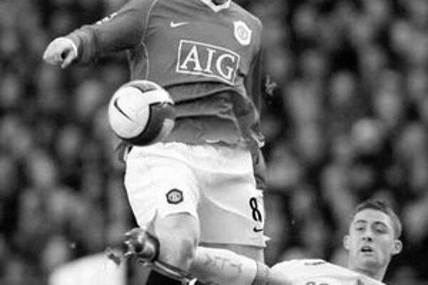 Wayne Rooney z Manchester United sa snaží prejsť cez Garyho Cahilla (na zemi). Rooney sa strelecky nepresadil, ale líder Premier League vyhral v 23. kole nad Aston Villou 3:1.