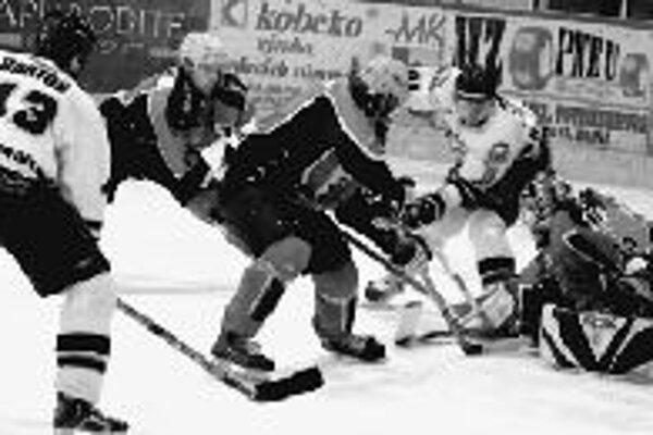Útočník Košíc Juraj Faith (druhý sprava) sa snaží zasunúť puk popod domáceho brankára Imricha Petríka. Žilina prehrala na domácom ľade s Košicami 1:4.