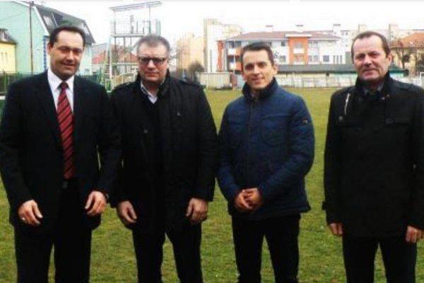 Zľava primátor mesta Nové Zámky Otokar Klein, prezident SFZ Ján Kováčik, predseda ObFZ Nové Zámky Peter Kováč a predseda ZsFZ Ladislav Gádoši na štadióne L. Gancznera.
