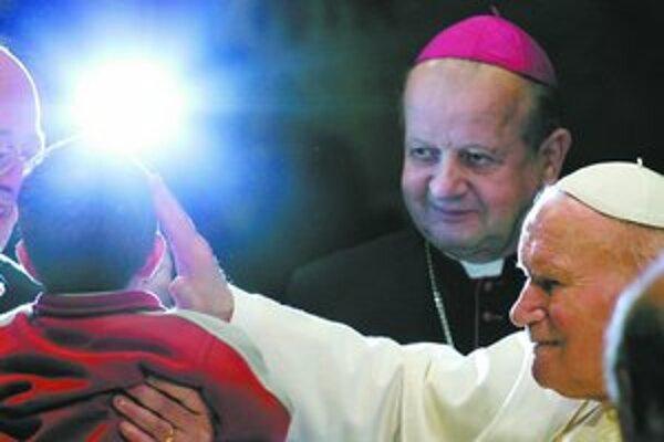 Poľský kardinál Dziwisz (vľavo) tvrdí, že za atentátom na pápeža v roku 1981 bola sovietska KGB.