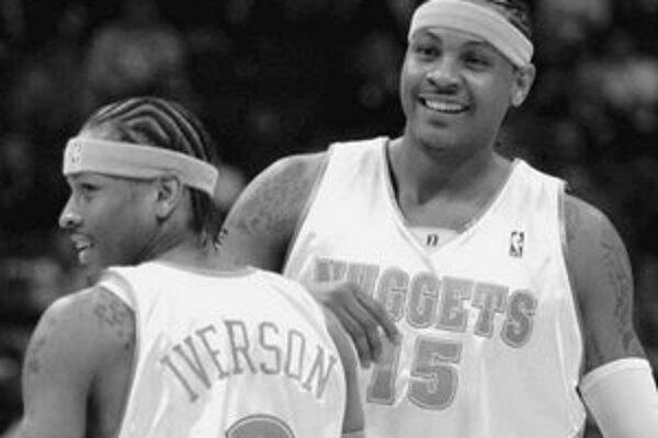 Noví spoluhráči Allen Iverson (vľavo) a Carmelo Anthony si v prvom spoločnom zápase dobre porozumeli.