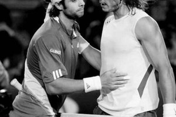 Španiel Rafael Nadal blahoželá Fernandovi Gonzálezovi k postupu do semifinále Australian Open. Čilan (vľavo) vyhral nečakane hladko 6:2, 6:4, 6:3.