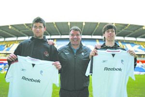 Michalík (vľavo) a Harsányi s dresmi Boltonu. Medzi nimi tréner Sam Allardyce.