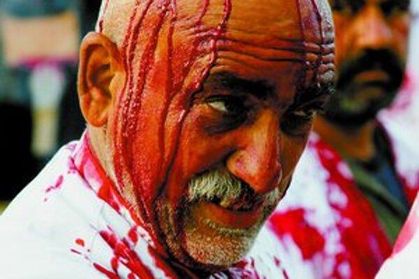 Iracký šiita v Nadžáfe si striebornýmmečompripomína mučenícku smrťimámaHusajna.