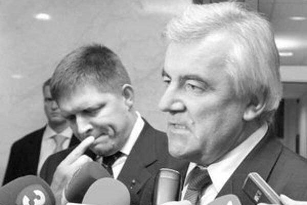 Premiér Róbert Fico po stretnutí s novým šéfom odborov Miroslavom Gazdíkom. Fico chce s odborármi dohodu, že platy budú rásť pre euro pomalšie, odborári nie sú proti.