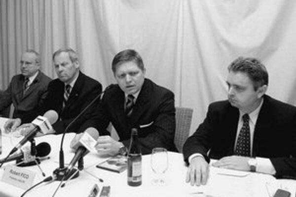 Premiér Robert Fico chválil minulý týždeň na pôde Tatra banky úspešnosť produktu zvýhodnených hypoték. Zatiaľ je to však predčasné. Na fotke je spolu so zástupcami Tatra banky.