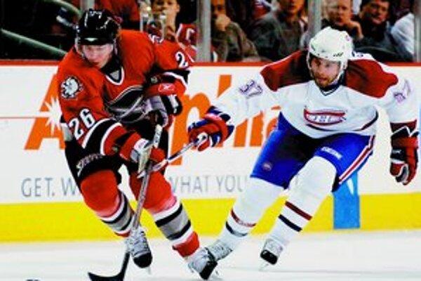 Ľavé krídlo Buffala Thomas Vanek (vľavo) uniká Nicklasovi Lindströmovi z Montreal Canadiens.