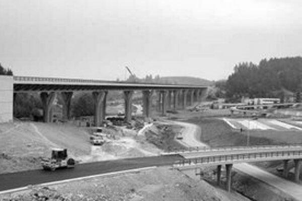 Ministerstvo dopravy sa rozhodlo urýchliť výstavbu diaľnic a rýchlostných ciest novelou zákona. Stanovený spôsob vyvlastnenia však môže byť pravdepodobne v rozpore s Ústavou SR.