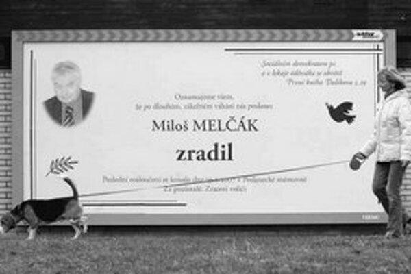 Bilbordová vojna v Česku pokračuje. Jeden z plagátov obviňuje zo zrady poslanca Miloša Melčáka, druhý z brania úplatku a rasizmu podpredsedu vlády Jiřího Čunka.