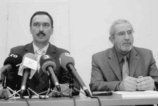 Podľa prezidenta Združenia zdravotných poisťovní Igora Dorčáka (na archívnej snímke vľavo) a výkonného riaditeľa združenia Eduarda Kováča (na snímke vpravo) chce ministerstvo zdravotníctva vyvlastniť súkromné zdravotné poisťovne. FOTO – TASR